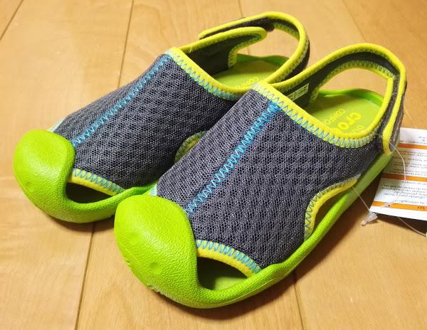 2e4545171219b4 柔らかいメッシュ素材で足にフィットするので走るのが大好きな子供にはぴったりです。つま先部分はプロテクターがついていて指先を守ってくれます。